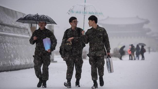 Para tentara Korea Selatan terlihat melintas di area Gwanghwamun, yang berada di jantung kota Seoul.