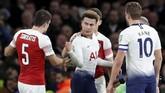 Dele Alli lalu terkena lemparan botoldari oknum suporter Arsenal. Sempat terjadi perdebatan setelah insiden tersebut.(Reuters/David Klein)