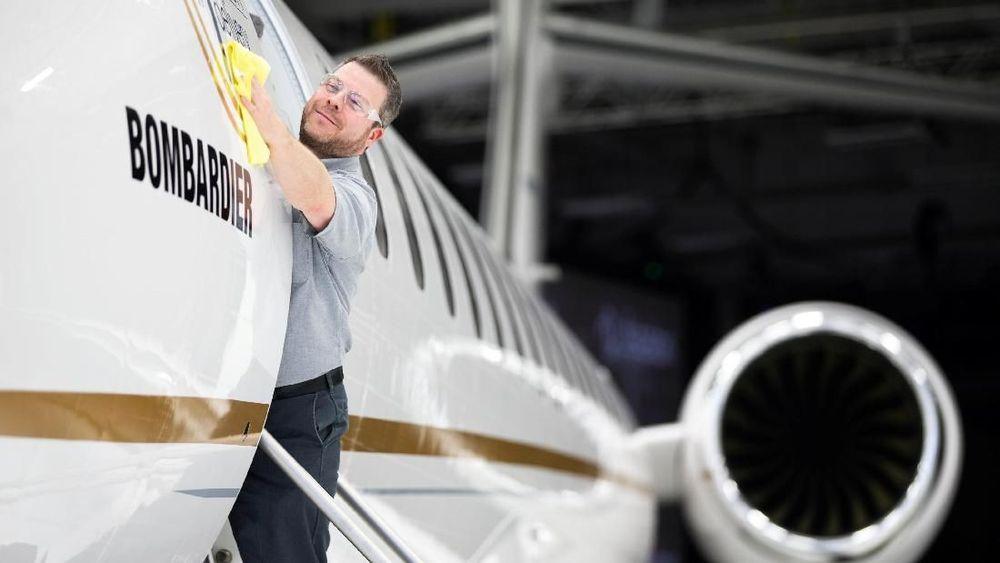 Francis Masse seorang karyawan Bombardiermembersihkan pesawatjet Bombardier Global 7500 di Montreal, Quebec, Kanada, (19/12/2018). Bombardier Global 7500 merupakan jet bisnismewah dengan berbagai macam fasilitas. (REUTERS / Christinne Muschi)