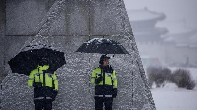 Walau masih di benua Asia, musim dingin di Korea Selatan tidak bisa disepelekan. Hawa dingin bakal menusuk tulang jika tak mengenakan topi, sarung tangan dan kaus kaki saat keluar rumah.