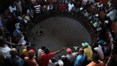 Orang-orang menyaksikan sabung ayam di Port-au-Prince, Haiti. (REUTERS/Andres Martinez Casares)