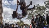Mahasiswa suatu universitas berdemonstrasi menentang krisis pendidikan, pemotongan anggaran, dan program pembaruan pajak yang diumumkan pemerintahan Ivan Duque di Medellin, Kolombia. (Photo by Joaquin SARMIENTO / AFP)