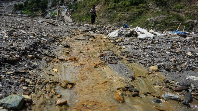 Sungai Anahoni yang mengalami sedimentasi akibat limbah merkuri dan sianida di Gunung Botak. Kini gunung itu kondisinya sangat memprihatinkanakibat keserakahan puluhan ribu penambang emas ilegal yang mengeruk isi bumi dengan menggunakan racun merkuri dan sianida. (ANTARA FOTO/Rivan Awal Lingga)