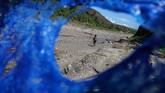 Personel kepolisian melintas di lokasi penambangan emas ilegal yang ditutup di Gunung Botak. Pada 2015 lalu aparat keamanan telah melakukanpenutupan besar-besaran penambangan ilegal di gunung tersebut. (ANTARA FOTO/Rivan Awal Lingga)