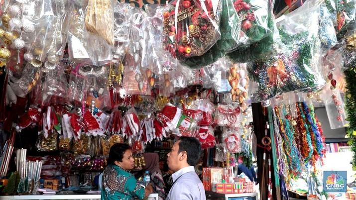 Pernak-pernik Natal seperti kostum Santa Claus, Pohon Natal dan atribut lainnya dijual dengan harga puluhan hingga jutaan rupiah.