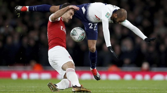 Arsenal menghadapi Tottenham Hotspur dalam laga perempat final Piala Liga 2018 di Stadion Emirates, Rabu (19/12). (Reuters/Andrew Couldridge)