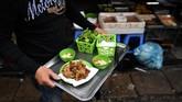 Cha ruoi adalah makanan musim dingin favorit di Hanoi, Vietnam. (Photo by Manan VATSYAYANA/AFP)