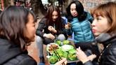 Masyarakat Vietnam percaya, satu gigitan cha ruoi bisa menjaga hubungan rumah tangga adem ayem. (Photo by Manan VATSYAYANA/AFP)