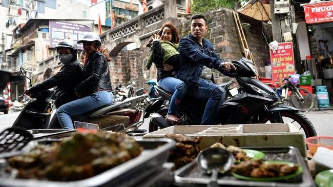 Cha ruoi telah hadir di Vietnam dari generasi ke generasi. Makanan satu itu juga dimitoskan mampu menjaga pasangan suami istri agar hidup bahagia. (Photo by Manan VATSYAYANA/AFP)