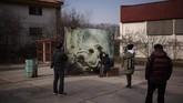 Salah satu seniman asal Korea Selatan, Kim Myeongbeom, memajang karyanya yang terinspirasi dari kesunyian zona demilitarisasi ini.