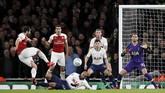 Setelah tertinggal 0-1, Arsenal berusaha keras memberikan tekanan ke lini pertahanan Tottenham Hotspur. (Reuters/David Klein)