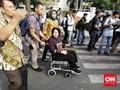 Gunakan Kursi Roda, Risma Koreksi Perbaikan Jalan Gubeng