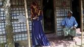 Berpakaian longgar, Akter beberapa kali membetulkan posisi penutup kepalanya yang sering merosot. (Reuters/Mohammad Ponir Hossain)