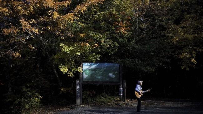 Di pinggiran 'Hutan Bunuh Diri' di Jepang, Kyochi Watanabe menyanyikan lagu Imagine karya John Lennon sambil berharap lirik lagu tersebut bisa mengetuk pintu hati orang yang sedang berencana bunuh diri.