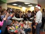 Obama Jadi Sinterklas & Bagikan Hadiah Natal