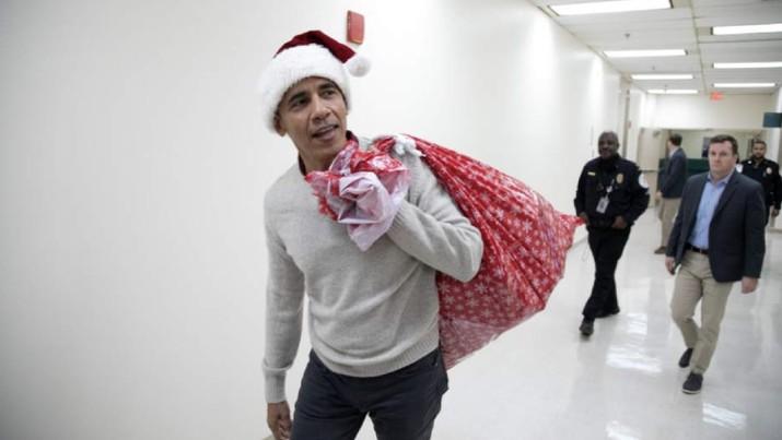 Obama datang ke rumah sakit Medis Nasional Anak-anak tersebut untuk membagikan kado Natal kepada para pasien.