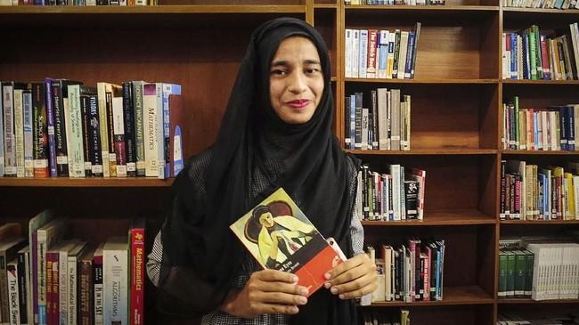 Akter sendiri merupakan salah satu dari dua perempuan Rohingya di desanya yang bisa menempuh pendidikan tinggi sehingga momen ini menjadi sejarah baru bagi komunitasnya. (Reuters/Zeba Siddiqui)