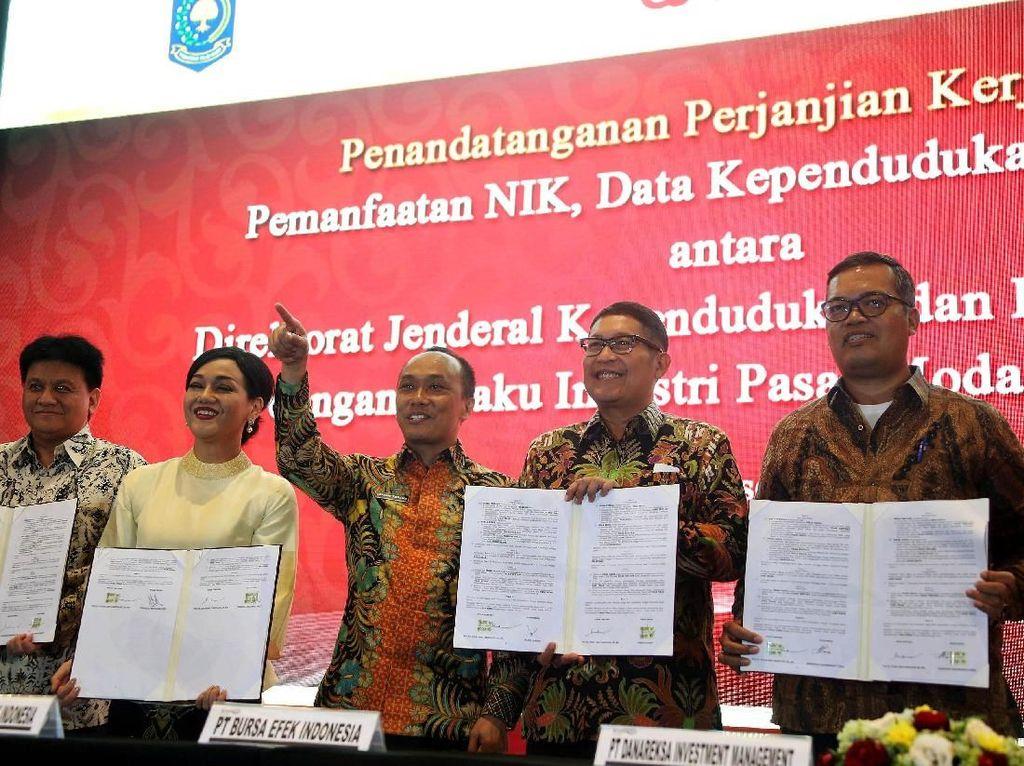 Sejumlah pelaku pasar modal Indonesia memperlihatkan naskah kerja sama dengan Ditjen Dinas Kependudukan dan Pencatatan Sipil Kemendagri.