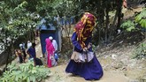 Mendapatkan kartu tersebut bagai mimpi jadi nyata bagi Akter. Setelah kabur dari Myanmar, ia tak pernah menyangka dapat bersekolah di Bangladesh. (Reuters/Mohammad Ponir Hossain)