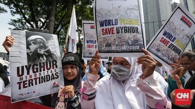 Yusuf mengatakan seperti pemberitaan media internasional, Muslim Uighur di China mengalami penyiksaan, intimidasi, diskriminasi, pengucilan, penangkapan, hingga pembatasan menjalankan aktivitas agama. (CNN Indonesia/Safir Makki)