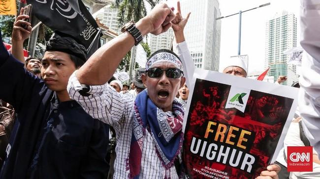 Ketua Gerakan Nasional Pengawal Fatwa Ulama Yusuf Muhammad Martak sebagai salah satu koordinator aksi mengutuk keras penindasan yang dilakukan pemerintah China terhadap etnis Uighur dan minoritas Muslim lainnya di Xinjiang. (CNN Indonesia/Safir Makki)