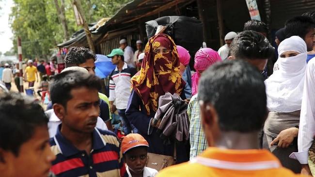 Di depan Asian University for Women di selatan Bangladesh, Akter berdiri di tengah remaja perempuan bercelana jin ketat yang sedang bersenda gurau menunggu kelas pertama mereka. (Reuters/Mohammad Ponir Hossain)