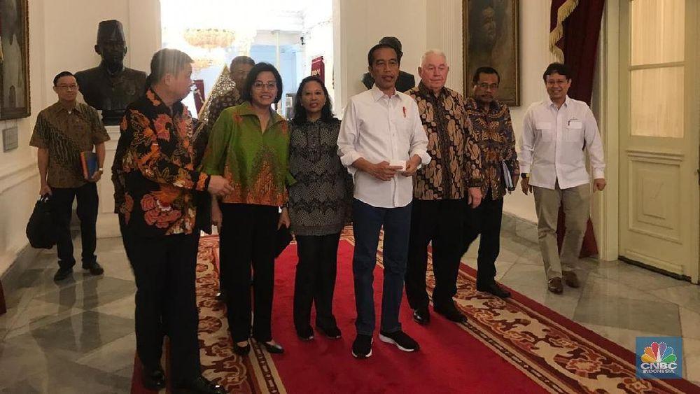Presiden RI Joko Widodo bersama para menteri bersama pemangku kepentingan dalam proses divestasi PT Freeport Indonesia usai menggelar konfrensi persnya di Istana Negara, Jakarta, Jumat (21/12).Indonesia kini resmi menguasai 51% saham PT Freeport Indonesia (Ist)