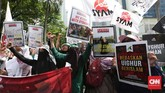 Sedikitnya seribu orang yang mengaku tergabung dalam Dewan Pengurus Pusat Persaudaraan Alumni 212 menggelar aksi protes atas dugaan pelanggaran HAM terhadap minoritas Muslim Uighur di Xinjiang, China. (CNN Indonesia/Safir Makki)