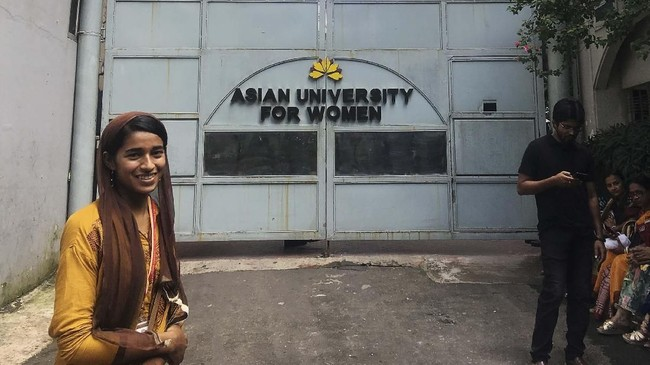 Di hari pertama tahun ajaran, seorang imigran Rohingya dari Myanmar, Formin Akter, berjuang keras untuk dapat beradaptasi di salah satu universitas di Bangladesh. (Reuters/Zeba Siddiqui)
