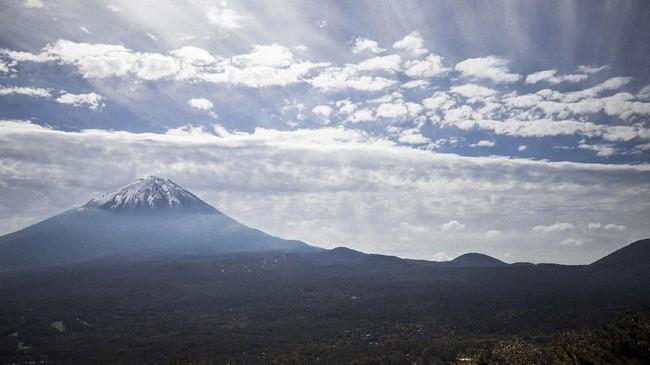 Sejarah panjang Hutan Aokigahara berawal dari pertengahan abad kesembilan, ketika Gunung Fuji meletus dan lava menutupi daerah-daerah luas yang telah berubah menjadi hutan seluas 30 kilometer persegi. Penduduk setempat telah lama memuja hutan dan sekitarnya sebagai tempat suci yang konon menjadi tempat tinggal seekor naga.