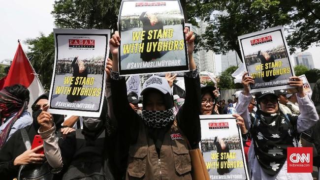 Hal itu terlihat dari banyaknya massa yang menyanyikan yel-yel Aksi Bela Islam 212. Selain Alumni 212, demonstrasi juga dihadiri Ketua Umum Front Pembela IslamSobri Lubis dan aktivis Neno Warisman. (CNN Indonesia/Safir Makki)