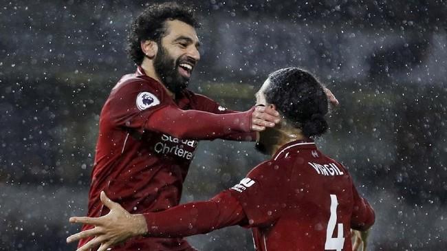 Mohamed Salah merayakan gol bersama Virgil van Dijk. Skor 2-0 untuk Liverpool bertahan hingga laga usai. (REUTERS/Darren Staples)