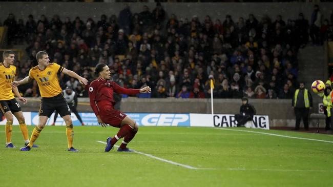 Liverpool kemudian menggandakan keunggulan pada menit ke-68 melalui sontekan Virgil van Dijk setelah menerima umpan lambung Mohamed Salah. (Reuters/Carl Recine)