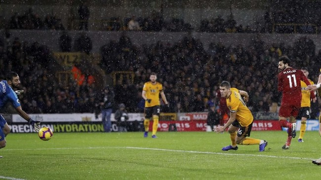 Liverpool membuka keunggulan pada menit ke-18 melalui Mohamed Salah yang meneruskan umpan tarik Fabinho. (REUTERS/Darren Staples)