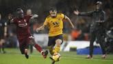 Wolverhampton bukannya tanpa peluang. Namun, sejumlah blunder yang dilakukan para pemain Liverpool tidak mampu dimanfaatkan Wolverhampton untuk mencetak gol. Skor 1-0 untuk Liverpool bertahan hingga akhir babak pertama. (Reuters/Carl Recine)