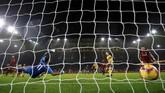 Kemenangan atas Wolverhampton membuat Liverpool dipastikan melewati Natal dengan berada di puncak klasemen dengan 48 poin, unggul empat poin atas Manchester City. (REUTERS/Darren Staples)