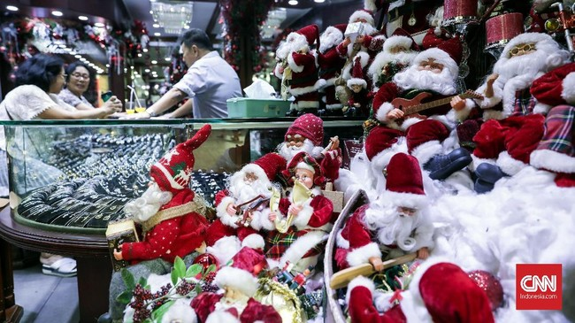 Toko perhiasan mendekor boneka dan pernik Natal untuk menarik perhatian pengunjung menyambut Natal di kawasan Pasar Baru, Jakarta, Jumat (14/12). (CNNIndonesia/Safir Makki)