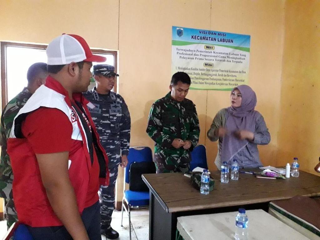 Team Perintis Telkomsel group ke dua sudah sampai ke kecamatan Labuan dan bertemu langsung dengan Bupati untuk menyerahkan bantuan awal kepada pemkab yang diwakili oleh kepala BPKD Kab Pandeglang. Foto: dok. Telkomsel
