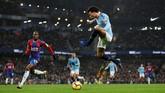 Hasil berbeda dialami Manchester City. Skuat arahan Pep Guardiola menuai kekalahan 2-3 saat menjamu Crystal Palace di Stadion Etihad. (REUTERS/Darren)