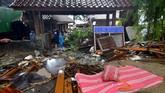 Gelombang tsunami menerjang sejumlah tempat di kawasan pesisir Selat Sunda di Lampung dan Banten. (Photo by Ronald / AFP)