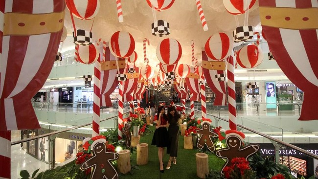 Pengunjung berswafoto di salah satu pusat perbelanjaan di Surabaya, Jawa Timur, Senin (17/12). Sejumlah pusat perbelanjaan, restoran, kafe, dan pusat hiburan lainnya di Surabaya berlomba-lomba membuat dekorasi pernik-pernik natal untuk memikat pengunjung serta menghadirkan suasana kemeriahan perayaan Natal. (Antara/Moch Asim)