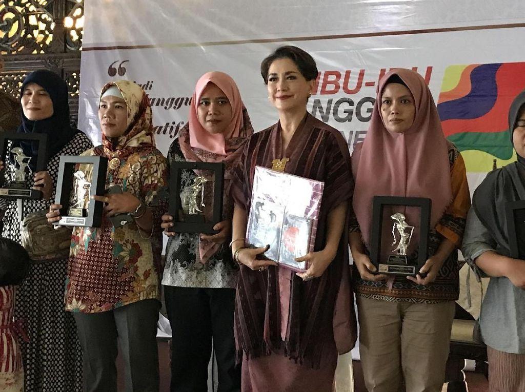Hadir juga dalam acara ini untuk memberikan penghargaan sekaligus menerima penghargaan dan memotifasi ibu-ibu tangguh ini adalah Dewi Motik, Bunda Ifet, Puti Guntur Soekarno, Vera Novita yang merupakan relawan bank sampah, Rosilah, dan juga artis senior cantik, Widyawati. Foto: dok. PNM