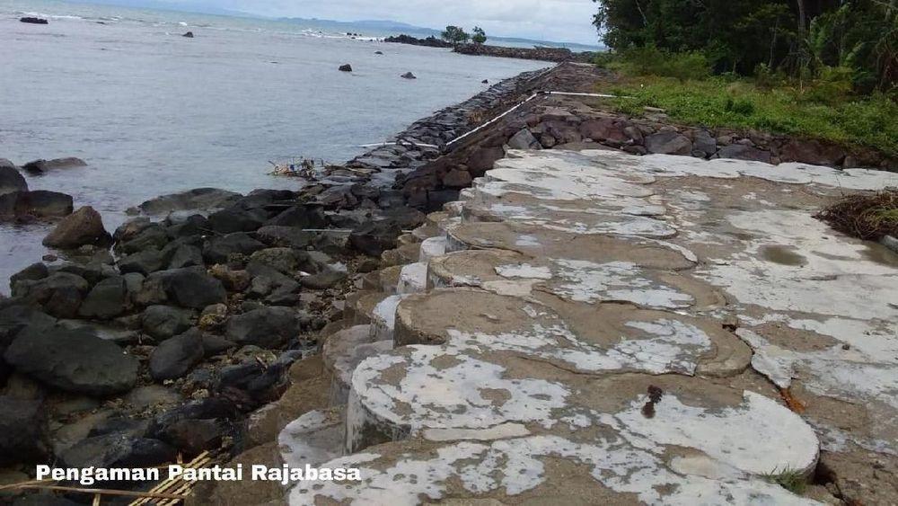 Tsunami yang terjadi pada Sabtu 22 Desmber pukul 21.15 WIB mengakibatkan rusaknya sejumlah wilayah pesisir Lampung yakni di Kabupaten Lampung Selatan, pesisir Kota Bandar Lampung, dan pesisir Kabupaten Tanggamus, juga mengakibatkan sejumlah kerugian materiil. (Biro PUPR)