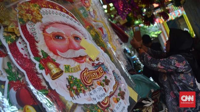 Salah satu toko menjual pernak-pernik Natal di kawasan Pasar Asemka, Jakarta Pusat awal Desember lalu. (CNN Indonesia/Harvey Darian)