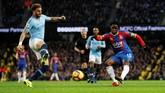 Jeffrey Schlupp mencetak gol penyama kedudukan sekaligus membangkitkan moral Crystal Palace. (REUTERS/Darren Staples)