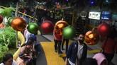 Warga melintas di TPO Kota Tua yang dihiasi ornamen Natal di Jakarta, Rabu (19/12). Tempat Penyeberangan Orang (TPO) Kota Tua tersebut bersolek dengan berbagai hiasan untuk menyambut Natal dan Tahun Baru. (Antara/Indrianto Eko Suwarso)