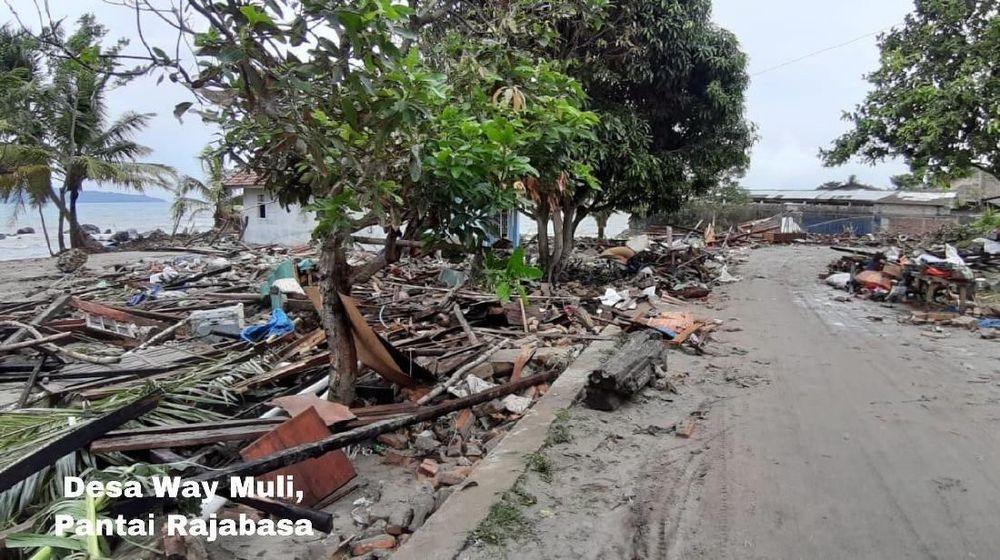 Suasana pasca tsunami menghantam kawasan Desa Way Wuli, Pantai Rajabasa, Lampung, Minggu (23/12/2018).Saat kejadian Warga di pesisir tersebut berlarian untuk menyelamatkan diri saat gelombang pasang terjadi.(Biro Komunikasi Publik Kementerian PUPR)