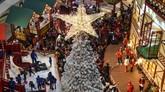 Hiasan pohon Natal terlihat di Mal Ciputra, Jakarta, Rabu (19/12). Jelang Natal 2018, sejumlah pusat perbelanjaan di Jakarta mendekor ruang pertokoan dengan nuansa Natal agar menjadi daya tarik pengunjung. (Antara/Dede Rizky Permana)