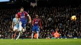 Luka Milivojevic mencetak gol ketiga Crystal Palace lewat eksekusi penalti sekaligus memastikan kemenangan Crystal Palace atas Man City. (Reuters/Carl Recine)