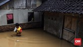 Sebelum merendamrumah-rumah warga, air sungai sempat surut ke laut kemudian datang lagi dengan arus yang kencang. Saking derasnya sampai menimbulkan gemuruh dan meluap ke permukiman warga. (CNN Indonesia/Hesti Rika).